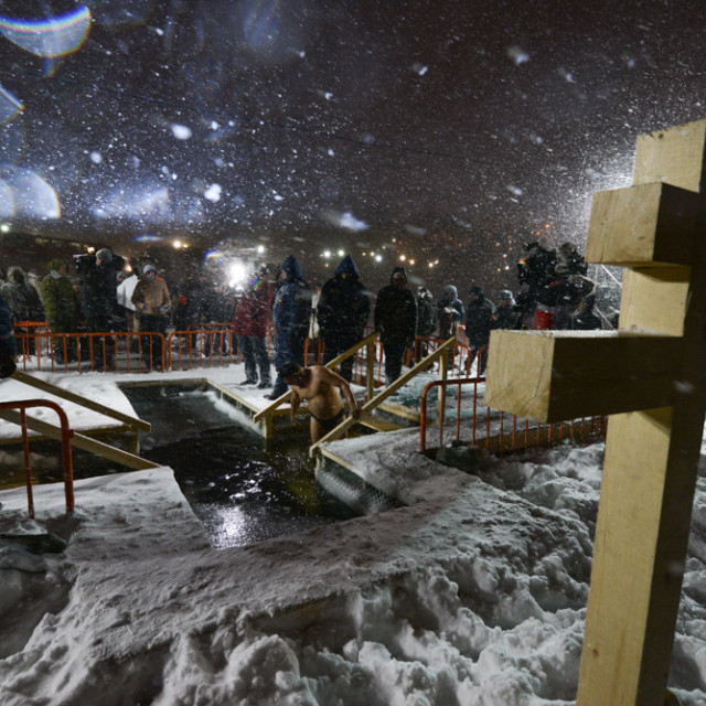 Epiphany bathing despite the wind and blizzard in Vladivostok